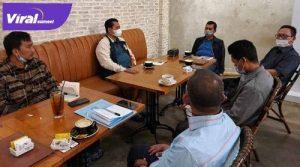 H Ishak Mekki Anggota DPR RI diskusi dengan Bupati Banyuasin Askolani. FOTO : VIRALSUMSEL.COM