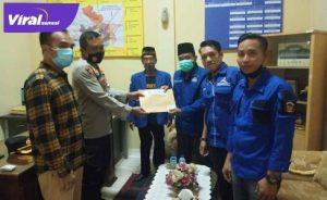 Ketua DPC Partai Demokrat Banyuasin Imam Mahmudi berikan mahklumat partai pada Polres Banyuasin. FOTO : VIRALSUMSEL.COM