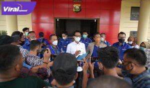 H Handry Pratama Putra SE Plt Ketua DPC Partai Demokrat Ogan Ilir berikan keterangan pada awak media. FOTO : VIRALSUMSEL.COM