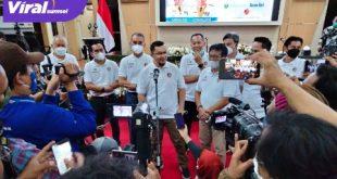 Presiden Sriwijaya FC H Hendri Zainuddin beri keterangan pada wartawan. FOTO : VIRALSUMSEL.COM