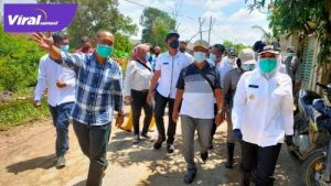 Wakil Walikota Palembang Fitrianti Agustinda meninjau lokasi banjir. FOTO : VIRALSUMSEL.COM