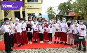 Bunda Baca Kabupaten Muba Hj Thia Yufada Dodi Reza bersama peserta lomba Bertutur atau Bercerita tingkat SD/MI. FOTO : VIRALSUMSEL.COM