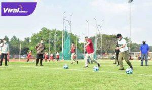 Gubernur Sumsel H Herman Deru bersama Presiden Sriwijaya FC H Hendri Zainuddin buka Liga Sriwijaya FC. FOTO : VIRALSUMSEL.COM