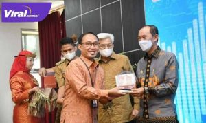 Walikota Palembang H Harnojoyo terima penghargaan dari Bank Indonesia pada acara Festival Ekonomi Digital di Griya Agung, Palembang. FOTO : VIRALSUMSEL.COM