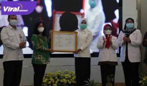 Wakil Walikota Palembang Fitrianti Agustinda menghadiri penyerahan sertifikat dari Badan POM Republik Indonesia, Rabu (7/4/2021). FOTO : VIRALSUMSEL.COM