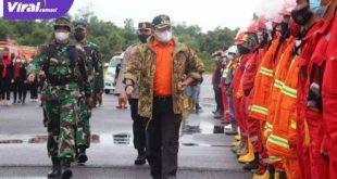 Bupati Musi Banyuasian Dr H Dodi Reza Alex Noerdin memimpin apel Kesiapsiagaan Personil dan Peralatan Penanggulangan Karhutbunlah. FOTO : VIRALSUMSEL.COM