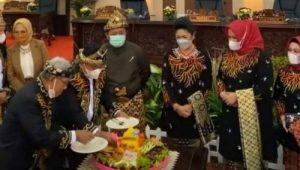 Gubernur Sumsel H Herman Deru bersama Bupati Banyuasin H Askolani Jasi potong tumpeng Hari Jadi Kabupaten Banyuasin ke-19. FOTO : VIRALSUMSEL.COM