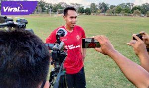 Lucky Wahyu midfielder Sriwijaya FC beri keterangan pada awak media. FOTO : VIRALSUMSEL.COM