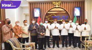 Gubernur Sumsel H Herman Deru menerima panita Festival Palembang Darusalam XIX 2021, Jumat (16/4/2021). FOTO : VIRALSUMSEL.COM