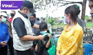 H Herman Deru Gubernur Sumsel berikan bantuan pada warga korban kebakaran di OKI. FOTO : VIRALSUMSEL.COM