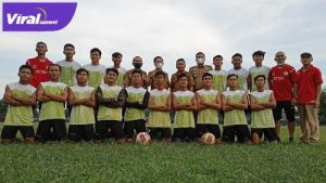 Presiden PS Palembang bersam para pemain PS Palembang. FOTO : VIRALSUMSEL.COM