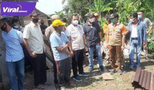 Plh Bupati OKU Edwar Candra meninjau tanah longsor di Desa Peninjauan, Sabtu sore (17/04/2021). FOTO : NET