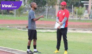 Muhammad Nur Iskandar bincang bersama pelatih Sriwijaya FC, Nil Maizar. FOTO : VIRALSUMSEL.COM