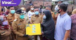 Wakil Walikota Palembang Fitrianti Agustinda bersama anggota DPD REI ke rumah Halifa warga menjadi korban kebakaran di Kelurahan Lebong Gajah, Kecamatan Sematang Borang. FOTO : VIRALSUMSEL.COM