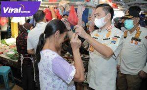 Ratu Dewa Sekda Kota Palembang berikan masker pada warga. FOTO : VIRALSUMSEL.COM