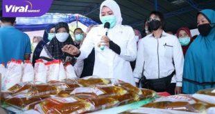 Wawako Palembang, Fitrianti Agustinda pantau bazar murah di Kantor Kecamatan Kemuning, Kamis (22/4/2021). FOTO : VIRALSUMSEL.COM