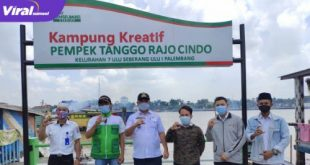 Camat Seberang Ulu 1, Mukhtiar Hijrun, S.St tinjau Kampung Kreatif Pempek Tanggo Rajo. FOTO : VIRALSUMSEL.COM