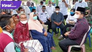 Bupati Banyuasin H Askolani bersilahturahim dengan keluarga korban Umar Bahori (Alm). FOTO : VIRALSUMSEL.COM