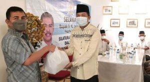 H Ishak Mekki Ketua DPD Partai Demokrat Sumsel berikan sembako kepada warga. FOTO : VIRALSUMSEL.COM
