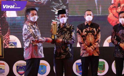 Walikota Palembang H Harnojoyo terima penghargaan Kota Terbaik dalam Pembangunan dari Gubernur Sumsel, H. Herman Deru di Hotel Santika Premier, Jumat (23/4/2021). FOTO : VIRALSUMSEL.COM