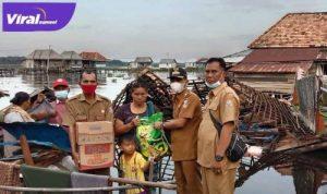 Camat Rambutan, Mursal M.SHI.,MH berikan bantuan pada korban rumah roboh di Desa Pulau Parang, Kecamatan Rambutan. FOTO : VIRALSUMSEL.COM