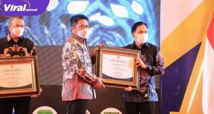 Walikota Prabumulih H Ridho Yahya terima penghargaan dari Gubernur Sumsel H Herman Deru. FOTO : VIRALSUMSEL.COM