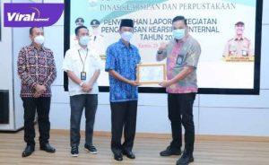 Wali Kota Palembang, H Harnojoyo memberikan Piagam Penghargaan Pengawasan Kearsipan Internal pada OPD Tahun 2020 di Rumah Dinas Walikota Palembang, Kamis, (29/4/ 2021). FOTO : VIRALSUMSEL.COM