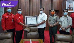 Bupati Banyuasin H Askolani menerima Piagam Penghargaan bidang pengendalian kebakaran hutan dan lahan dari Dirjen PPIKLHK RI, Rabu (14/4/2021). FOTO : VIRALSUMSEL.COM