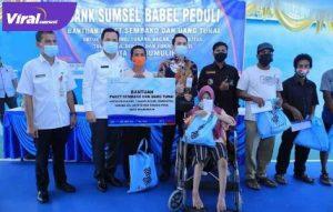 Bank Sumsel Babel Cabang Prabumulih bebagi sembako dan THR pemulung, tukang becak, disabilitas, tukang sol sepatu dan tukang pikul. FOTO : VIRALSUMSEL.COM