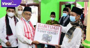 Wakil Bupati Banyuasin H Slamet didampingi Bupati H Askolani berikan bantuan genset. FOTO : VIRALSUMSEL.COM
