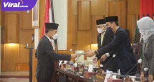 Wakil Ketua DPRD Sumsel H Muchendi Mahzareki terima hasil paparan Pansus sembilan Raperda. Foto : viralsumsel.com