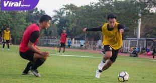 Winger Sriwijaya FC Rahel Radisnayah (kanan) duel dengan Akbar Zakaria. Foto : mo sfc