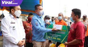 Beni Hernedi Wakil Bupati Muba salurkan bantuan pada korban kebakaran di Lalan. Foto : viralsumsel.com