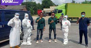 Rizki dan Rido, penyanyi Dangdut jebolan D'Academy bersama petugas operasi penyekatan di Kecamatan Bayung Lencir, Muba. Foto : viralsumsel.com