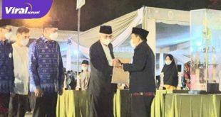 Wakil Gubernur Sumsel H Mawardi Yahya menyerahkan trofi juara umum II STQH Sumsel 2021 pada Banyuasin. Foto : viralsumsel.com