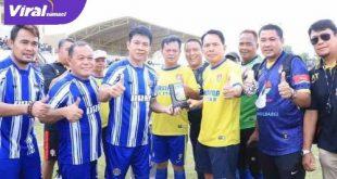 Walikota Prabumulih Ir. Ridho Yahya MM perkuat Persipra Old Star dalam laga uji coba kontra Persita Tangerang Old Star, Sabtu (29/5/2021) sore. Foto : viralsumsel.com/berje