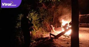 Anggota Brimob Polda Sumsel merobohkan pondok-pondok tempat berkumpul judi sabung ayam dan sekaligus membakar seluruh lapak-lapak yang ada. Foto : viralsumsel.com