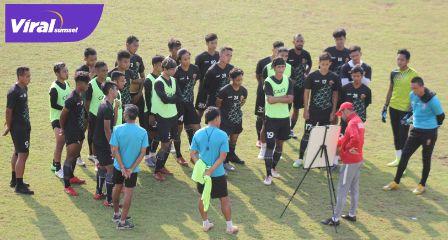 Nil Maizar Pelatih Kepala Sriwijaya FC pimpin latihan jelang hadapi Liga 2. Foto : mo.sfc