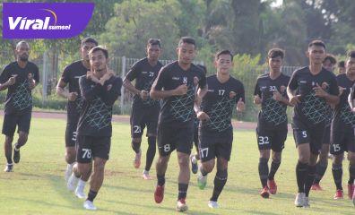Para pemain Sriwijaya FC berlatih di Stadion Atletik Luar JSC. Foto : mo.sfc