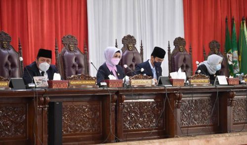 Pimpinan DPRD Sumsel bersama Gubernur Sumsel H Herman Deru dalam Rapat Paripurna XXX. Foto : viralsumsel.com/yuyu