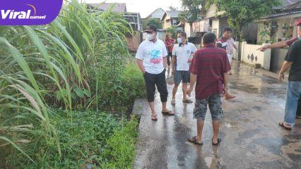Zainal Abidin Ketua DPRD Kota Palembang tinjau lokasi yang sering banjir di Perumahan Griya Dharma Indah, Tegal Binangun. Foto : viralsumsel.com/noto