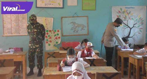 Kapolres Muba AKBP Erlin Tangjaya SH SIK dan Dandim 0401 Muba Letkol Arh Faris Kurniawan SST MT, meninjau pelaksanaan akhir ujian anak didik sekolah secara tatap muka. Foto : viralsumsel.com/devi