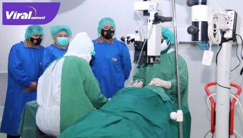 Kapolda Sumsel Irjen Pol Prof Dr Eko Indra Heri S MM hadiri operasi bibir sumbing dan operasi katarak di RS Bhayangkara. Foto : viralsumsel.com/kai