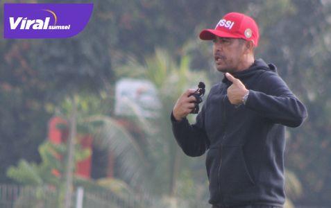 Nil Maizar Pelatih Kepala Sriwijaya FC beri instruktur dari pinggir lapangan. Foto : mo.sfc