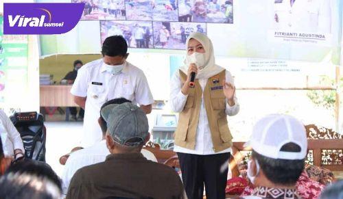 Wakil Walikota Palembang Fitrianti Agustinda kunjungi Kantor Lurah Kebun Bunga, Kecamatan Sukarame Palembang, Rabu (9/6/2021). Foto : viralsumsel.com