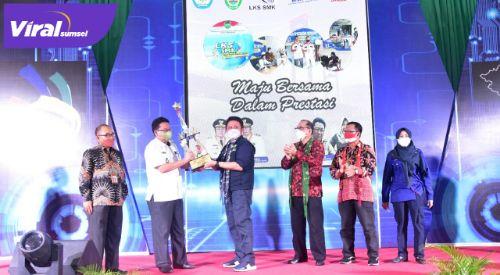 Gubernur Sumsel H Herman Deru membuka LKS SMK Tingkat Provinsi Sumsel, di Gedung Asrama Haji Palembang, Rabu (9/6/2021). Foto : viralsumsel.com