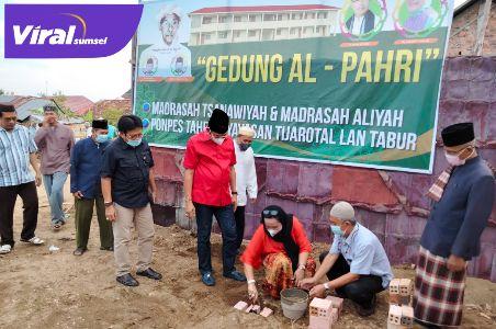 Hj Lucianty peletakan batu pertama pembangunan Gedung Al-Pahri Mts, MA dan Ponpes Tahfizh Yayasan Tijarotal Lan Tabur. Foto : viralsumsel.com