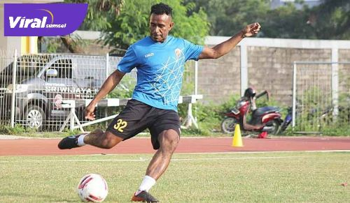 Ronaldo Meosido gelandang Sriwijaya FC berlatih di Stadion Atletik Luar Jakabaring Sport City, kemarin (9/6 /2021). Foto : viralsumsel.com /ion