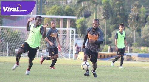 Nur Iskandar gelandang serang Sriwijaya FC berlatih di Stadion Atletik, JSC, Rabu (9/6/2021). Foto : mo.sfc