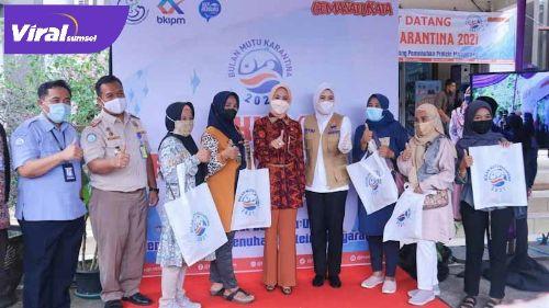 Wakil Walikota Palembang Fitrianti Agustinda dampingi anggota Komisi IV DPR RI, Hj Renny Astuti SH SpN, bagi-bagi ikan segar. Foto : viralsumsel.com